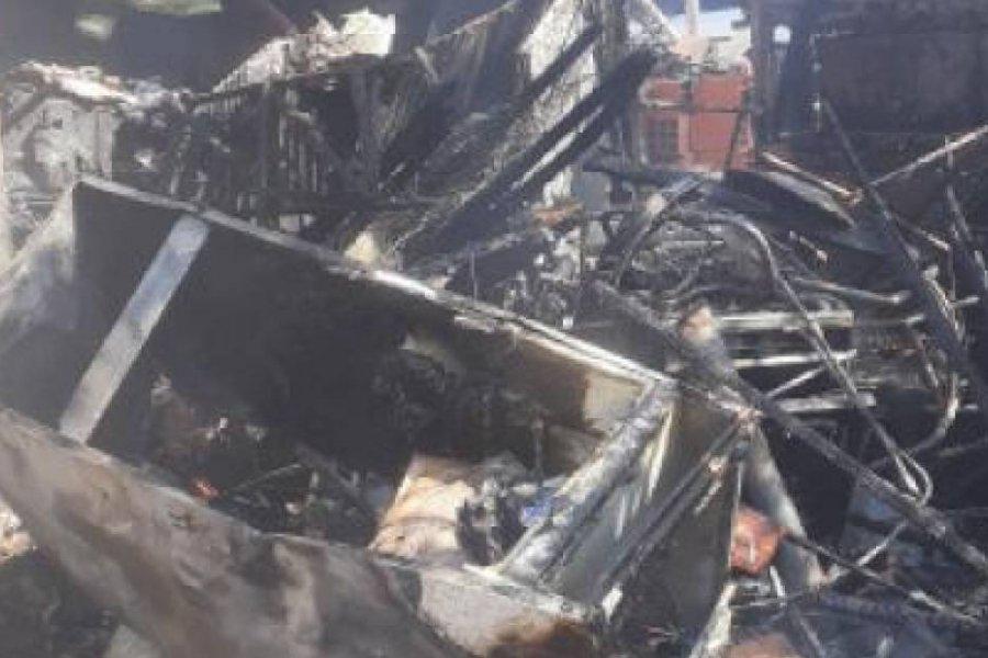 La chispa de una leña provocó un incendio que consumió una vivienda