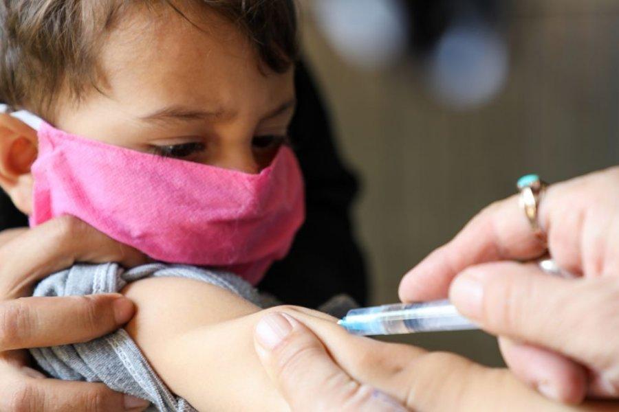 En Corrientes analizan vacunar en las escuelas a niños de 3 a 11 años