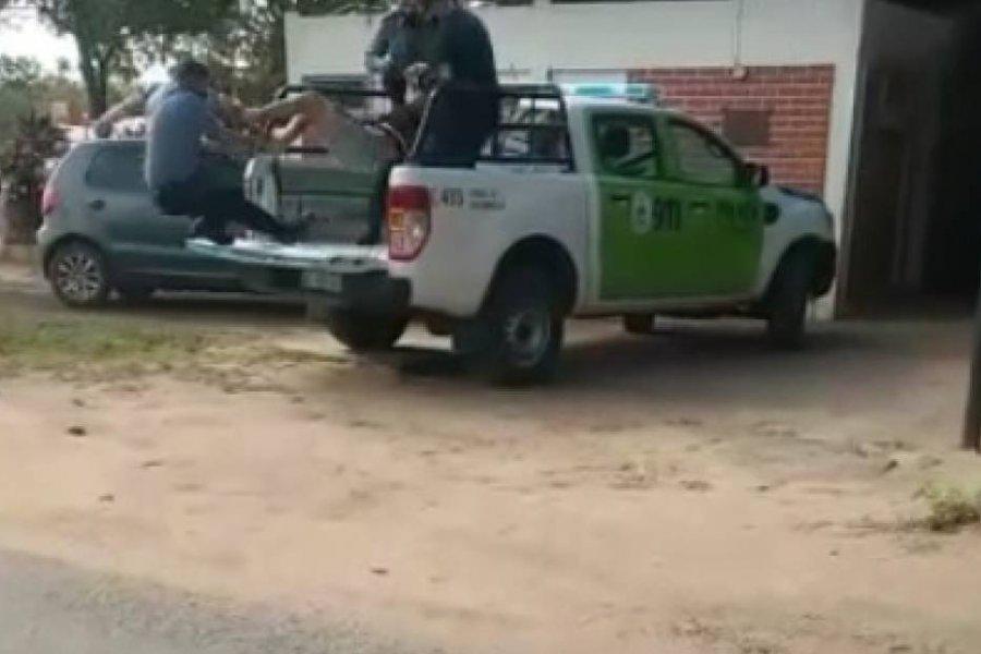 Policía herido al ser pateado por un detenido y caer desde la cajuela de un patrullero