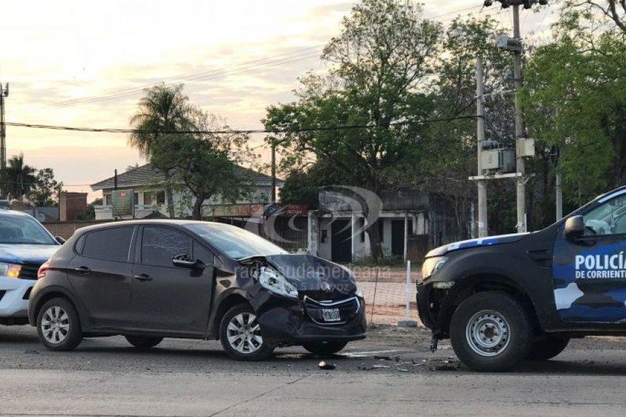 Choque frontal entre un auto y un patrullero en el acceso a Santa Ana