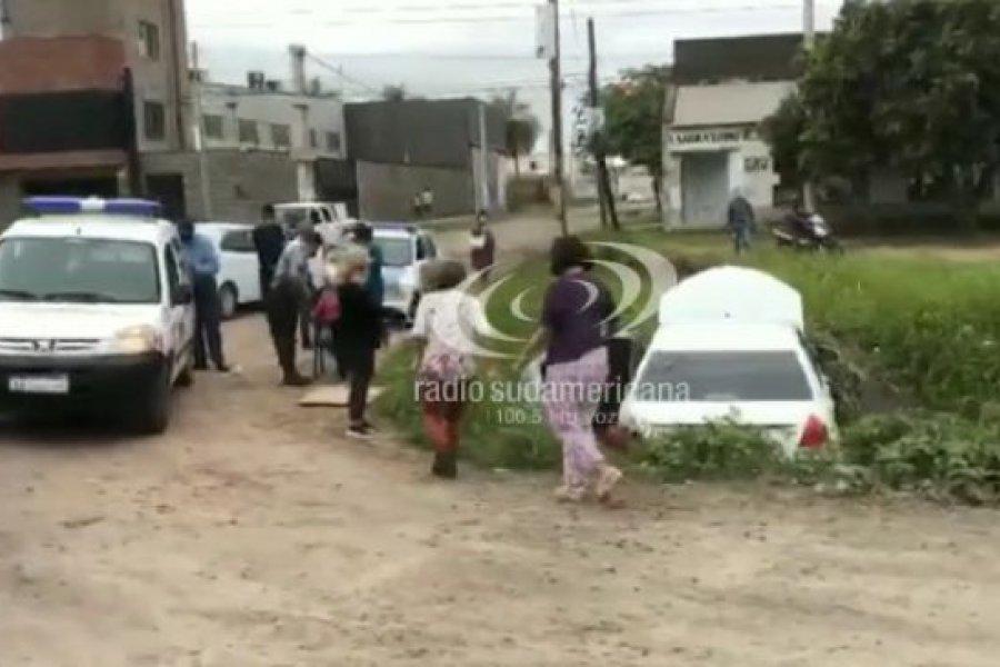 Conductor perdió el control de su auto y terminó en una zanja