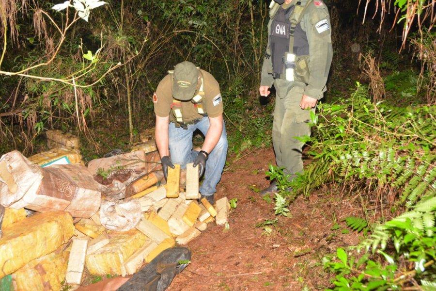 Misiones: Gendarmes detectan más de dos toneladas de marihuana acopiadas en el monte