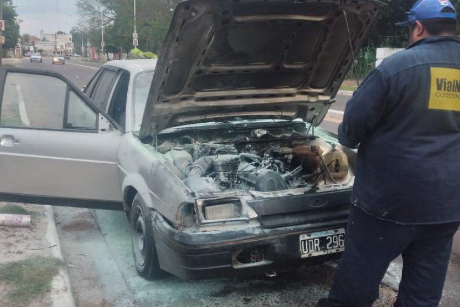 Se incendió un auto cuando transitaba por avenida Maipú