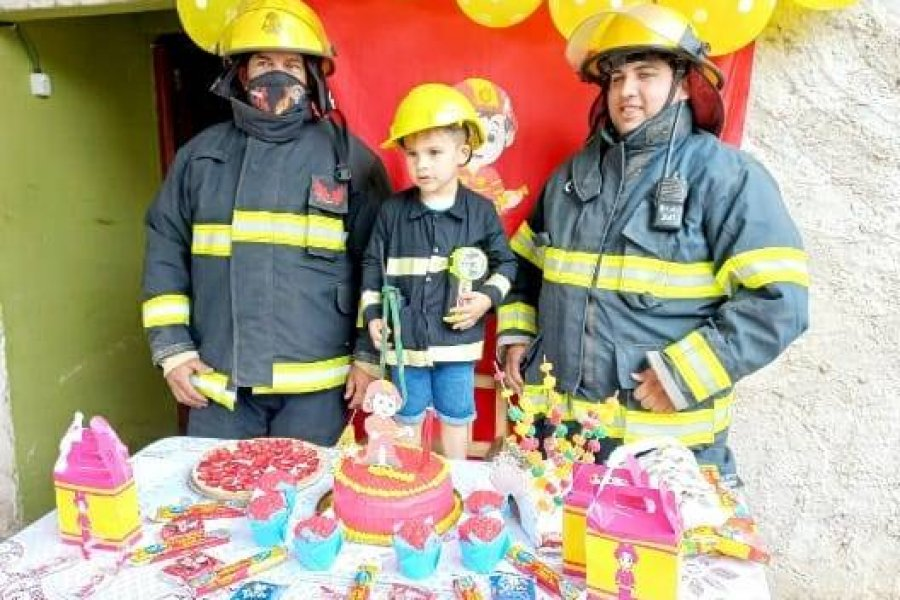 Un niño celebró su cumpleaños con sus héroes:los bomberos