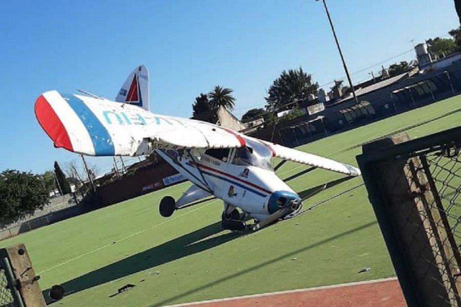 Cayó una avioneta publicitaria en un campo de deportes