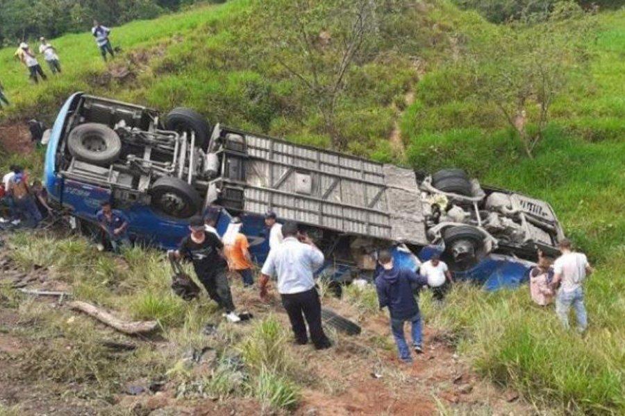 Ecuador: Once muertos tras la caída de un ómnibus al abismo