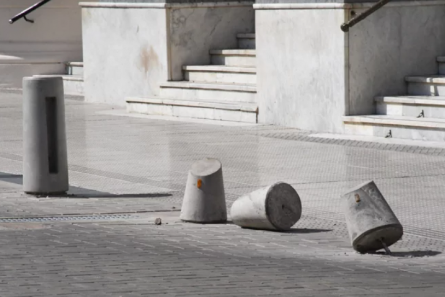 Plaza 25 de Mayo: Descartan un puesto de control ante la destrucción de los mojones