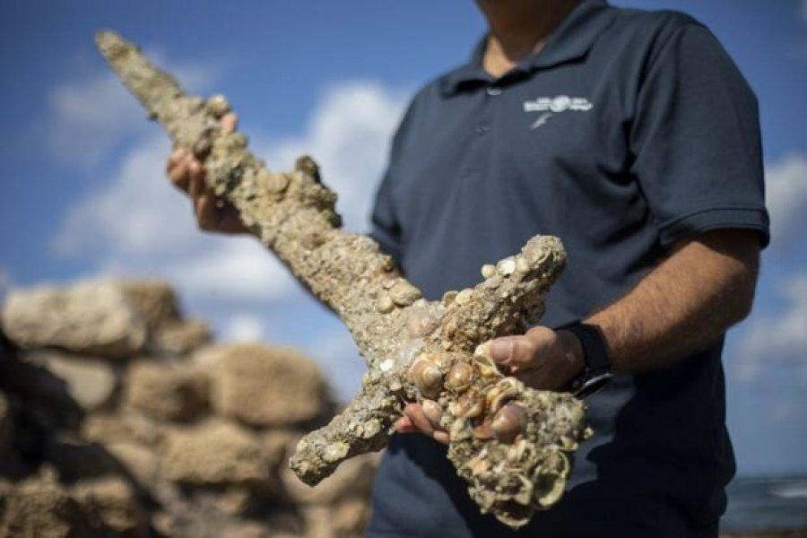 Encontraron una espada de hace 900 años en el fondo del Mediterráno