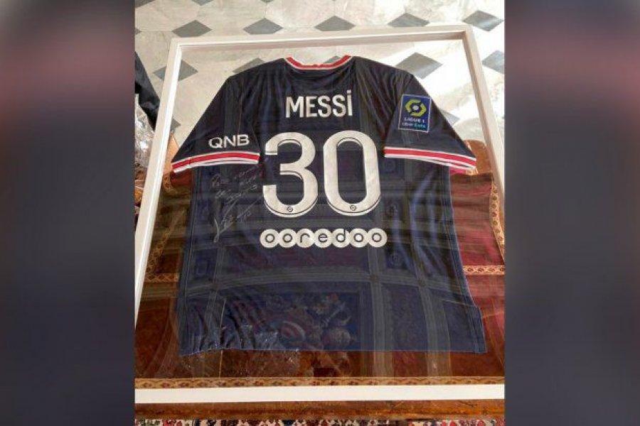 Francisco le agradeció a Messi por la camiseta del PSG