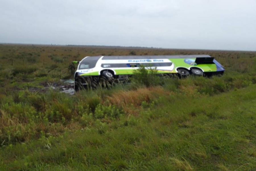 Corrientes: Volcó un colectivo de larga distancia en Ruta 5