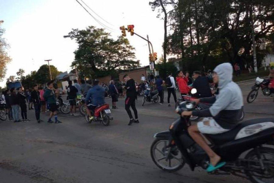 Cortaron una avenida porque la Policía los desalojó cuando jugaban al fútbol