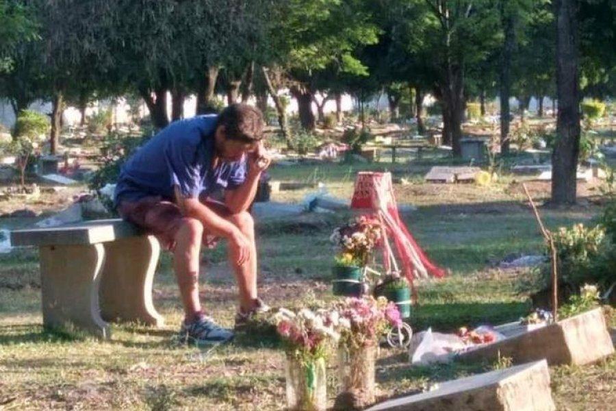 Un padre escucha los partidos de San Martín de Tucumán junto a la tumba de su hijo