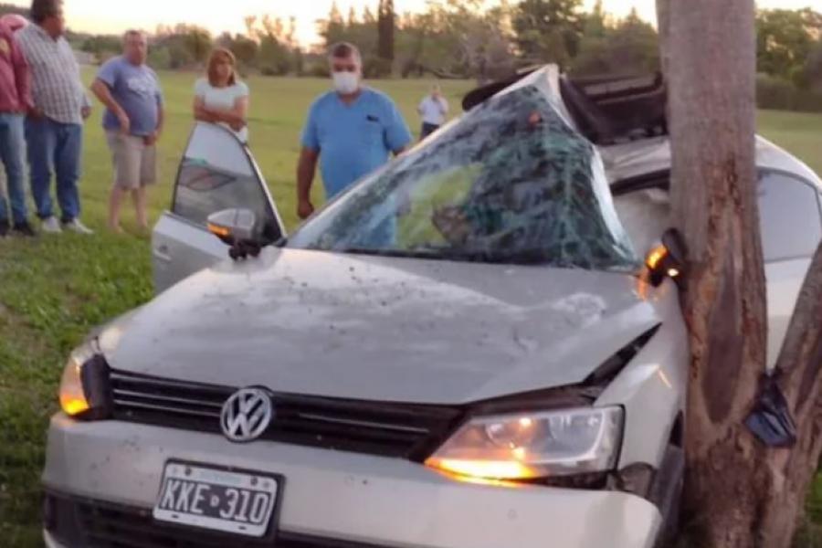 Despistó y terminó impactando su auto contra un árbol
