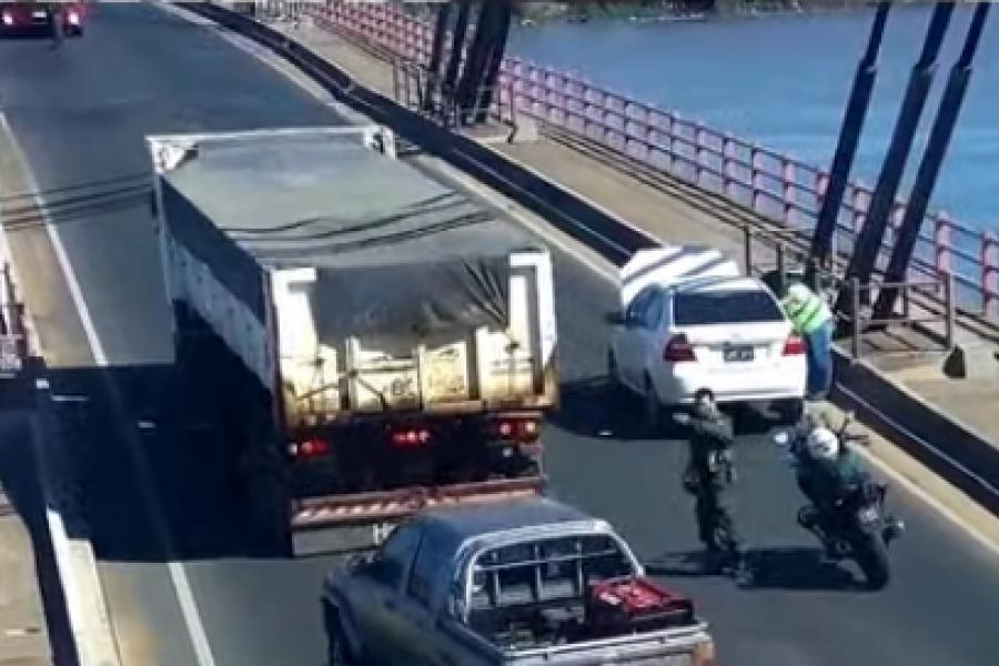 Un auto quedó varado en el puente Interprovincial
