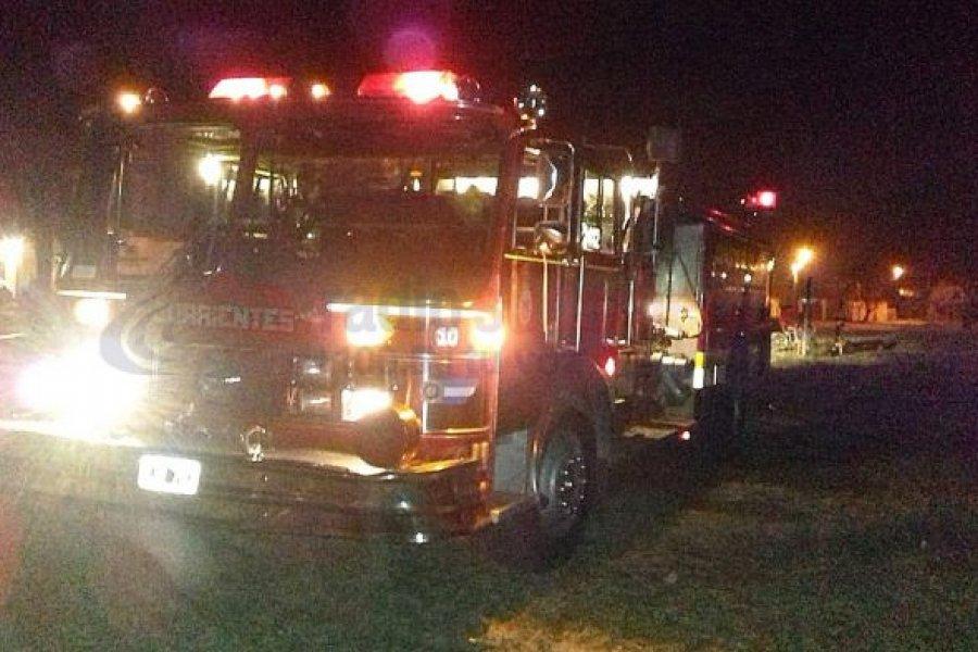 Incendio consumió dos vehículos en un taller de chapa y pintura